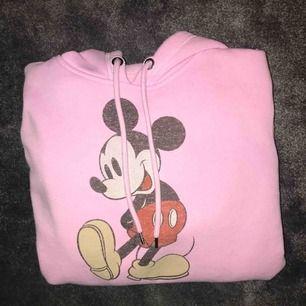 Ljus rosa Mickey Mouse hoodie från H&M, köpt ca 1 år sedan och den är knappt använd och därför i mycket bra skick, frakt tillkommer.