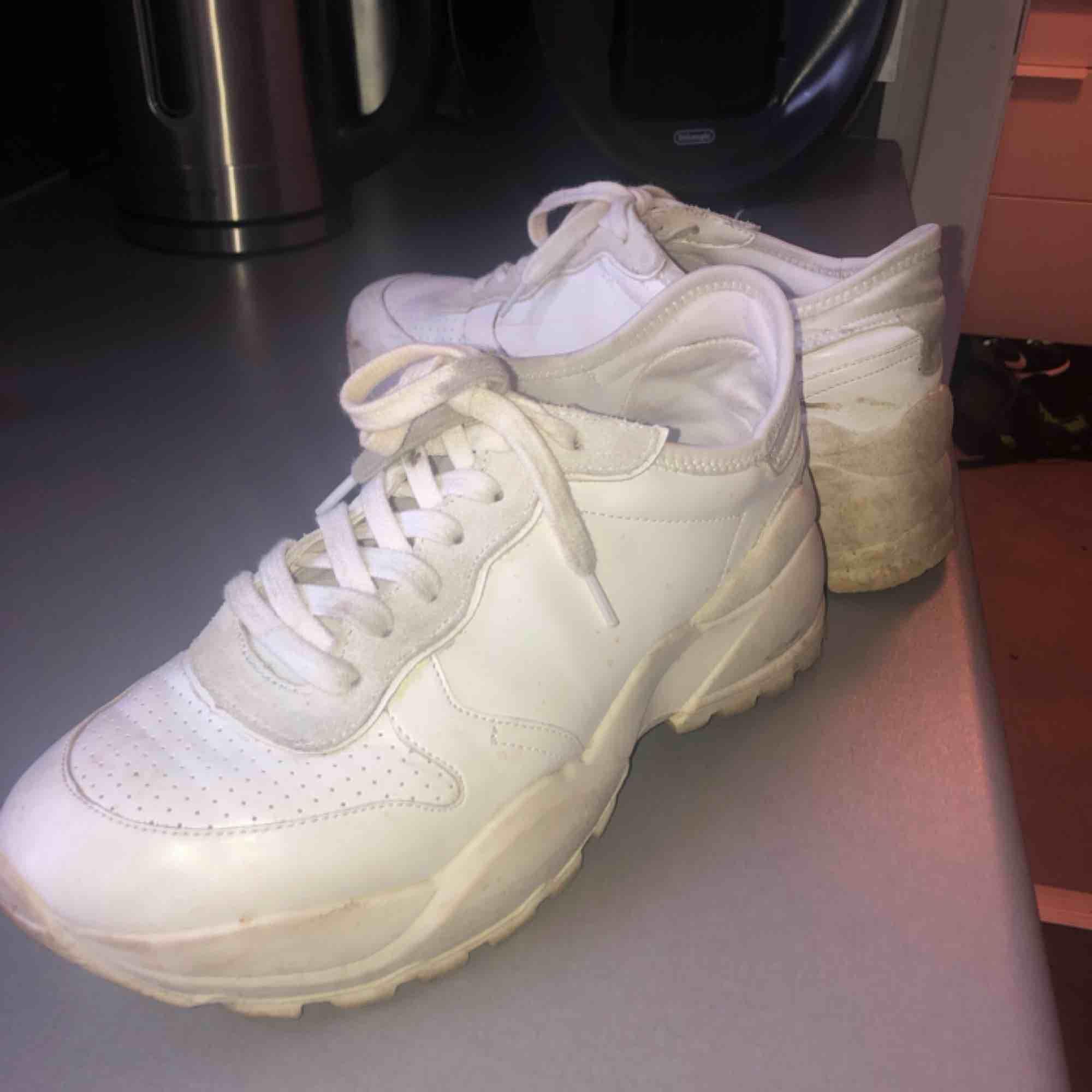 Sååå snygga sneakers från pull and bear!  Frakt tillkommer  Smutsiga men i bra skick förutom en liten skada inuti högra sko. Skor.