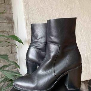 Boots med klack från topshop (äkta skinn) använda 2-3 gånger.