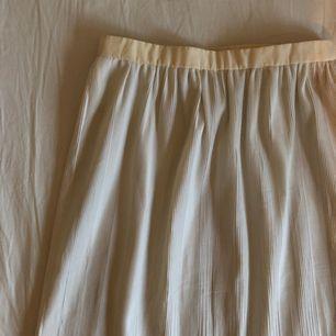 Supergullig oanvänd vit kjol köpt i en vintage butik. Möter upp i Stockholm eller fraktar mot en fraktkostnad.🌹