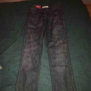 Säljer mina snygga Levi's-jeans. Köpte dem men de var för små så de har aldrig använts. Så gott som nytt skick. Kontakta mig för fler bilder.