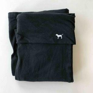 """Yogapants från Victoria Secret Pink. Helt svarta med en liten vit hund på. Längden på byxorna är """"regular"""" 🐶 köpare betalar frakt :)"""