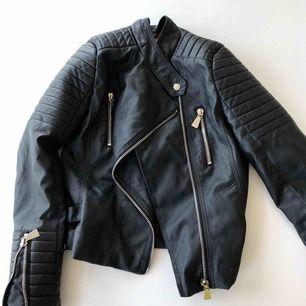 Läder jacka från chiqulle. Märk med storlek 40 men det är en M. Passar mig som har S 😃 köpare betalar frakt :)