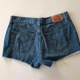 Shorts med nitar från Levis 🥰 köpare betalar frakt :)