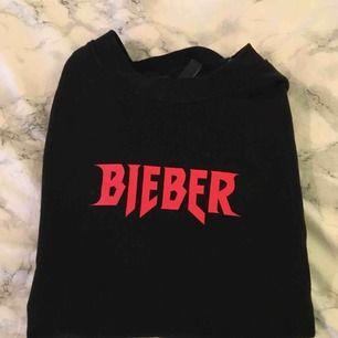 Skön sweatshirt från H&Ms kollektion med Justin Biebers Purpose Tour. Köptes runt slutet av 2017 och har knappt använts sedan dess. Storleken är XS men passar nog S bra också beroende på hur man vill att den ska sitta. Tröjan är i bra skick.