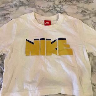 Jättefin vintage inspirerad t-shirt från Nike köpt på Zalando förra sommaren. T-shirten har kommit till användning endast en gång och därför väljer jag att sälja den :) Passar även XS! Köparen står för frakten
