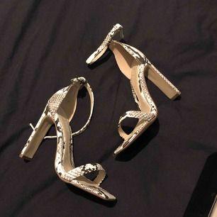 Snake print heels, från Missguided. Helt oanvända.