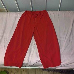 Röda byxor. Endast använda en gång. 250kr inklusive frakt😊