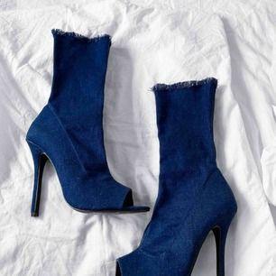 Så sjukt coola högklackade boots i mörkblått jeans material, de är stretchiga. Har ej använt de utomhus utan endast testat de inne ett fåtal gånger. Från Rebecca Stellas kollektion på NA-KD. Frakt kostar 58kr extra, postar med videobevis/bildbevis.