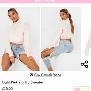 En ljusrosa Zip Up sweater från PrettyLittleThing. Den är lite liten i storleken och är alldeles nyköpt, men säljes på grund av för liten. Köparen står för frakten 💗