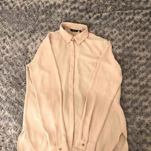 En ljus rosa skjorta, storlek 8 (S) från en affär i Dubaj. Har använt en gång. Frakt ingår, 25 kr.