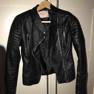 Oanvänd fin skinn jacka. Säljer pga aldrig använd. Nypris 500kr
