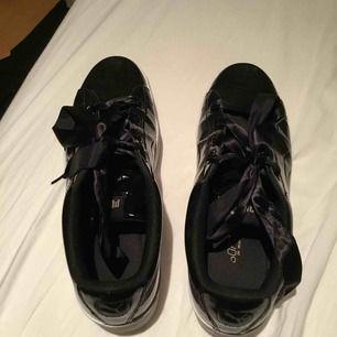 Puma skor, i glansig material med silkessnöre och softfoam sula. Använda typ 3 gånger. Pris kan diskuteras vid snabb affär