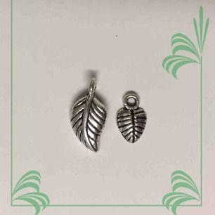 Aldrig använda! Inte äkta silver. Kan hängas på vilket smycke som helst! Frakten är inräknad i priset.