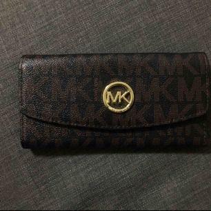 Michael kors plånbok - ej äkta - kan fraktas/ mötas i Motala