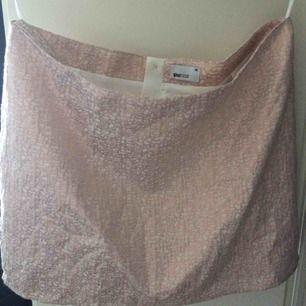 En Kort kjol till en fest, nästan oanvänt