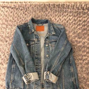 En blå jeans/denim jacka, storlek S från Lager157. Har använts i en sommar, rätt ny. Frakt förekommer, 25 kr.