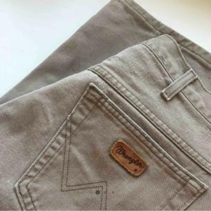 Wrangler-jeans köpta här på plick, jättefina men tyvärr för stora för mig! Skulle säga att de passar en L eller en stor M. Frakt inräknat i priset☀️