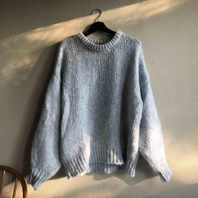 Ljusblå stickad tröja, nästan aldrig använd då de inte riktigt var nöjd med köpet.. Tröjor & Koftor.