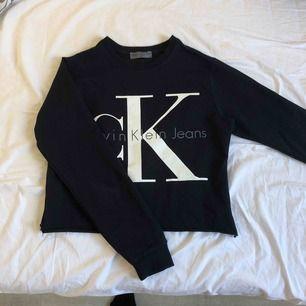 jättefin långärmad tröja från Calvin Klein som jag croppat själv! Aldrig använd och i fint skick, såklart äkta. Köpare står för frakt