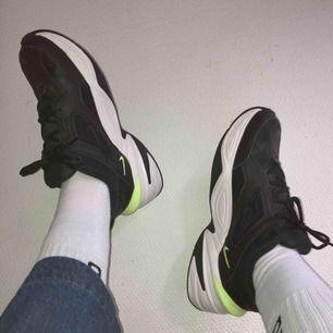 Min aaabsoluta favoritskomodell! Nike M2K Tekno. Dessa är i Black Volt colorway. Köpta på Net A Porter, endast använda 1 gång pga för stora för mig (är en liten 39a). Ordinariepris 1000 SEK. Möts helst upp i Malmö, annars splittar vi på fraktkostnaden :—)