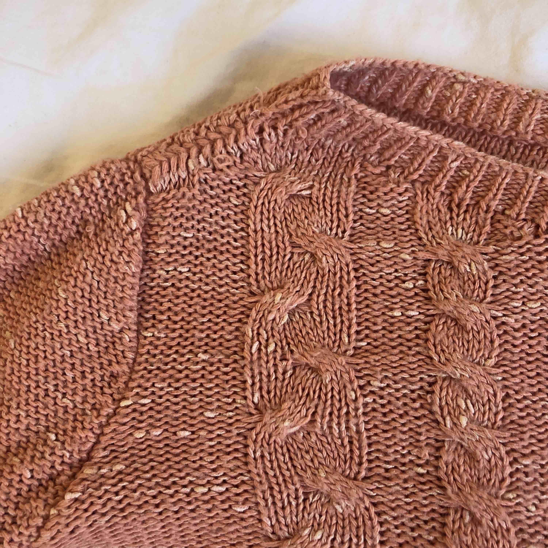 Sjukt snygg stickad och croppad tröja från Stradivarius! Fint skick och inte använd så mycket. Köpare står för frakt. Huvtröjor & Träningströjor.
