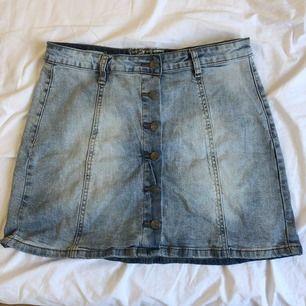 jättesöt kjol från märket hot kiss. Liten i storleken och kan passa M och även S. Fint skick, köpare står för frakt