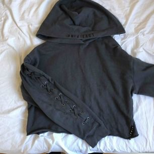 jättefin croppad tröja från Victoria's secret pink. Köpte i USA men har ej använt så mycket. Snörningar på armarna och på baksidan står det PINK. Köpare står för frakt.