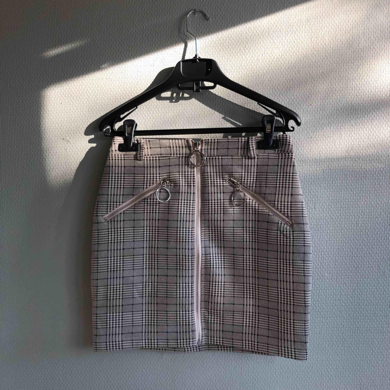 Helt sprillans ny kjol från Tigermist! Aldrig använd då den var för liten. Helt nyskick. Sitter tight på med stretch.. Kjolar.