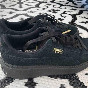 Puma-sneakers. Köpta för 1000kr. Använda fåtal gånger.