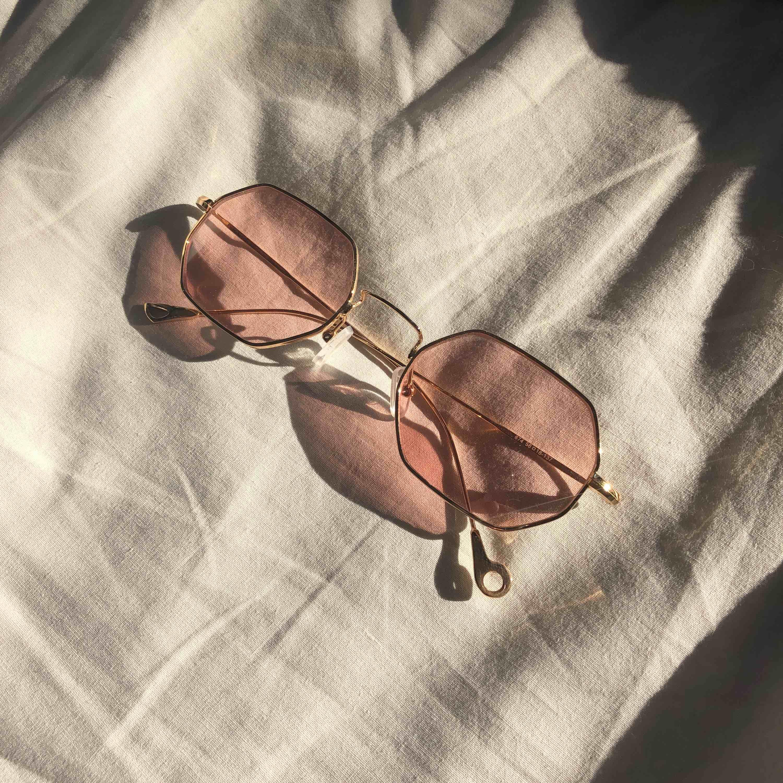 Guldiga bågar med rosa glas. Roliga - Accessoarer - Second Hand d755e91927eca