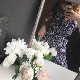 Superfin blommig omlottklänning med volanger. Den är bara använda vid ett tillfälle :) köparen betalar frakten
