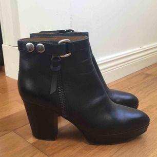 Acne Orbit Ankle Boots i äkta läder storlek 39! Inköpta för två år sedan, orginalpris 4500 men säljer för att jag inte använder de längre. Priset kan absolut diskuteras! Betalning med swish, möts upp i Stockholm eller fraktas (fraktkostnad tillkommer).