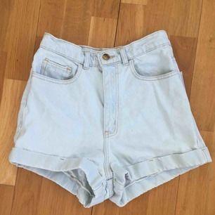 Högmidjade ljusa jeansshorts från American Apparel i begagnat men ändå fint skick. Betalning med swish och frakt tillkommer