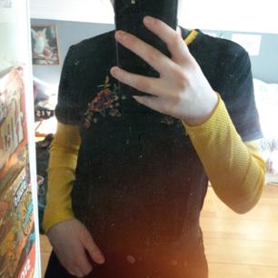 Jag har då bestämmt mig att sälja ett av mina favo plagg då jag inte längre känner att det är min stil.  Det är en gul långärmad tröja från monki med små hål. Skit snyggt att ha en t-shirt eller linne över.