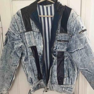 Vintage oversize jacka fodrad men fint texturerat jeanstyg och läderdetaljer. Frakt tillkommer och betalning med swish
