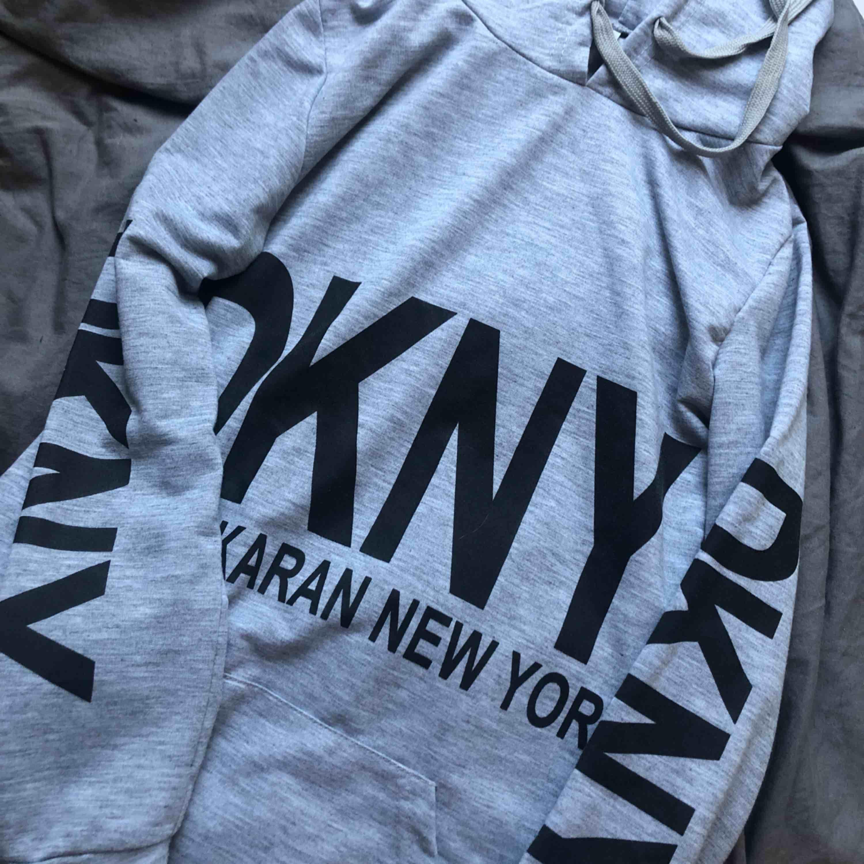 Klänning från DKNY, kan även ha den som hoddie om man viker upp den :). Klänningar.