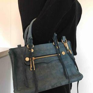 Micro regan satchel bag från Rebecca Minkoff, orginalpris 3000. Använd ungefär 3 gånger Färg: sapphire  Säljer pga har ingen användning för väskan