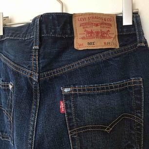 Mörka Levis 501 jeans använda fåtal ggr frakten är inkl i priset