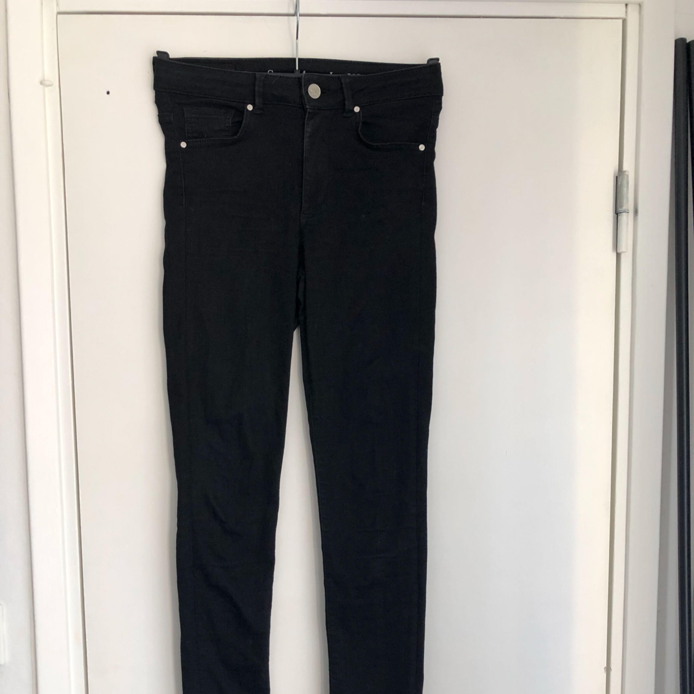 Jeans Neverdenim från Bikbok. Använda men i bra skick. Postas mot frakt :). Jeans & Byxor.