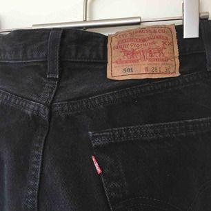 Svarta Levis 501 jeans använda fåtal ggr frakten är inkl i priset