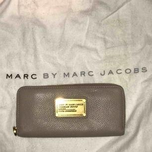Rymlig och praktisk plånbok från Marc by Marc Jacobs! Beige-grå i äkta skinn. Inköpt på NK och är nästintill oanvänd💕 köpare står för eventuell frakt