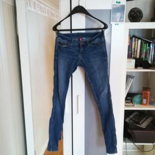 Normal waist jeans från HM, använda men i gott skick.  Köparen står för frakt