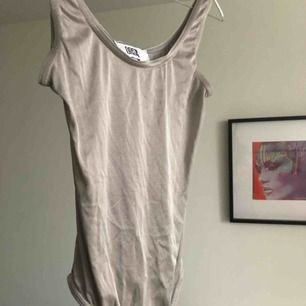 Vintage body från oasis i London, tidigt 90 tal. Perfekt att ha under silver klänningen jag säljer separat ✨