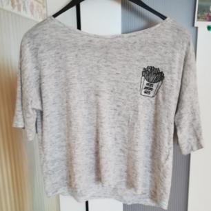 T-shirt från HM i storlek small. Köparen står för frakt.