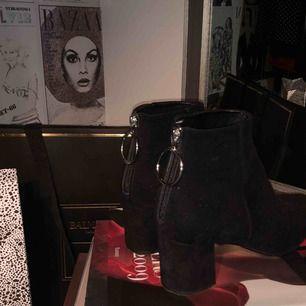 Svarta spetsiga boots i mocka med dragkedja bak med en ring från Billi Bi. Superfina och använda alldeles för lite. Använda 5-6 gånger. Ordinariepris ca 1800. Klack ca 5 cm. Köpta på NK i Göteborg. Köparen står för frakt eller möts upp i Göteborg.