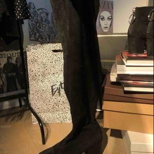 Knähöga boots med ca 5 cm lackad klack från ett spanskt märke.