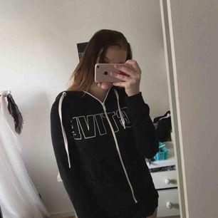Svart hoodie /kofta tryck : ACTIVE , storlek xs, super fin och passar till träning och vardagligt💕