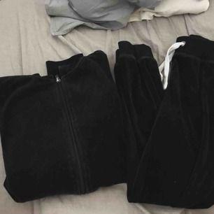 Svart mjukisdress lite oversize tröja  Storlek xs