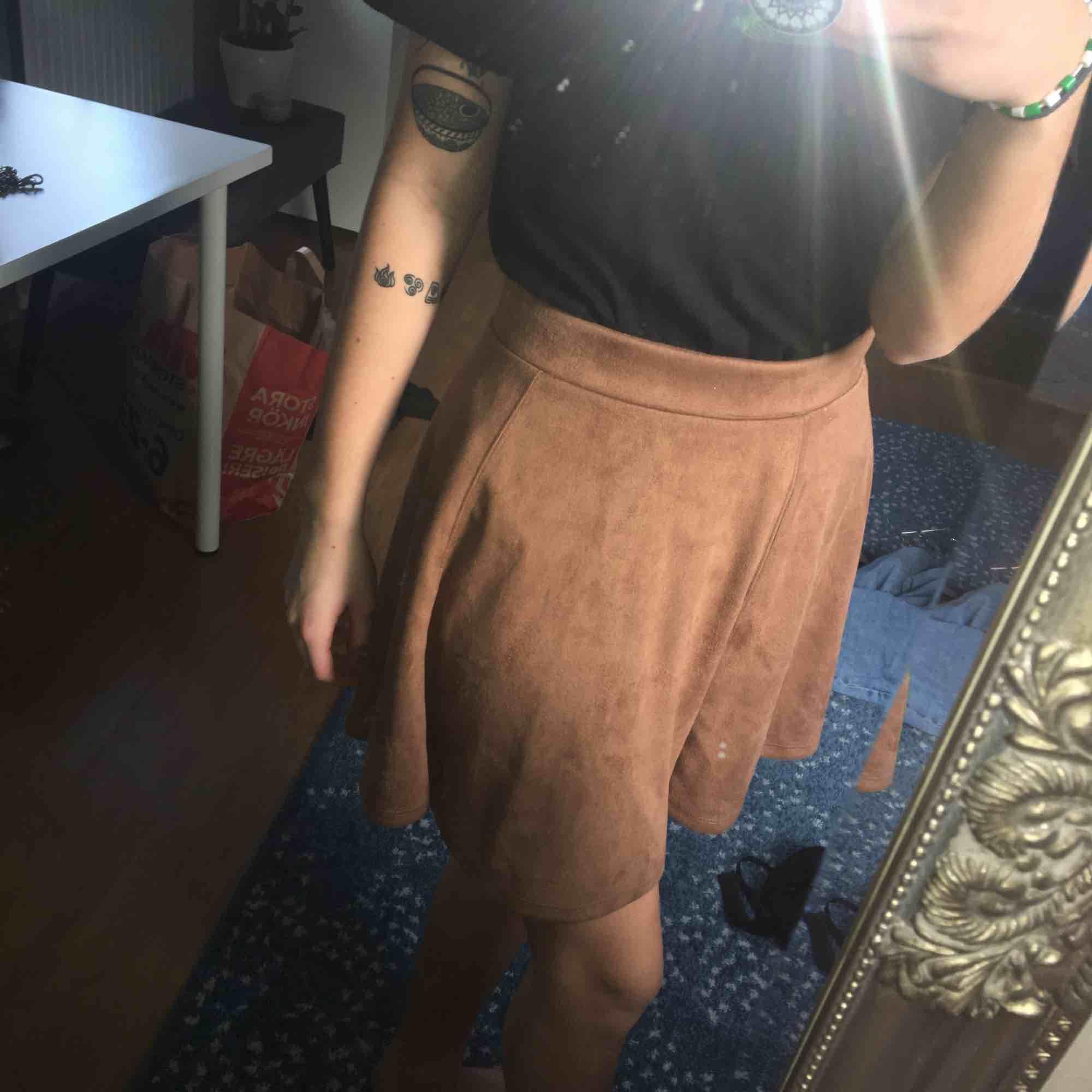 """Mocha"" brun/beige kjol från hm. Guldig dragkedja bak. Frakt tillkommer. Kjolar."